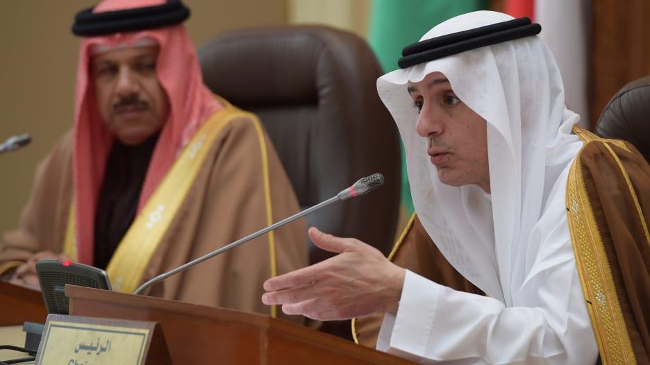 """عادل الجبير يرفض """"نظريات المؤامرة"""" حول أسعار النفط: السعودية لا تقبل خفض الإنتاج لرفع الأسعار"""