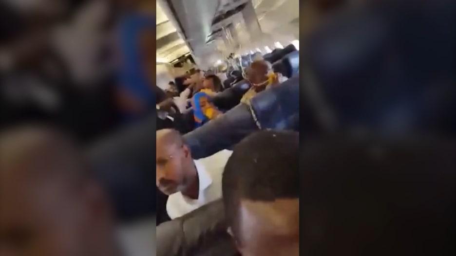 بالفيديو: انفجار داخل طائرة تجارية فوق الصومال يتسبب بسقوط شخص ومقتله