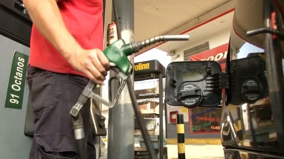 رغم زيادة أسعار النفط 60 ضعفاً في فنزويلا .. البنزين لا يزال أقل سعراً من الماء!