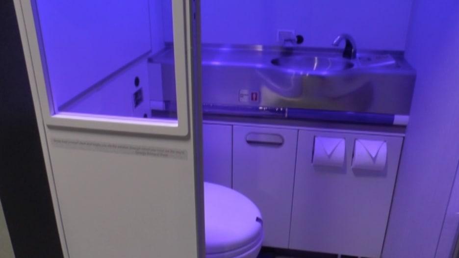"""بالفيديو: شركة """"بوينغ"""" تعمل على مراحيض للطائرات """"ذاتية التنظيف"""""""