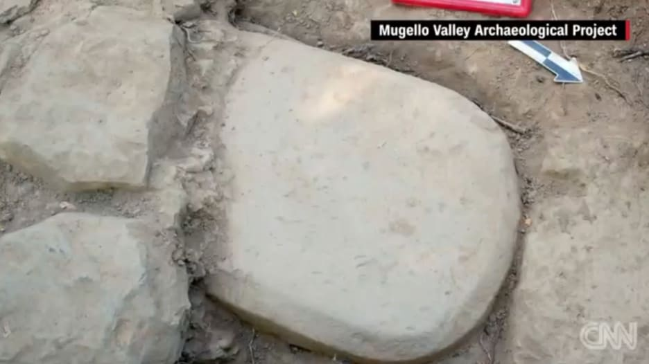 شاهد.. العثور على لغة مفقودة على لوح حجري مدفون منذ 2500 عام