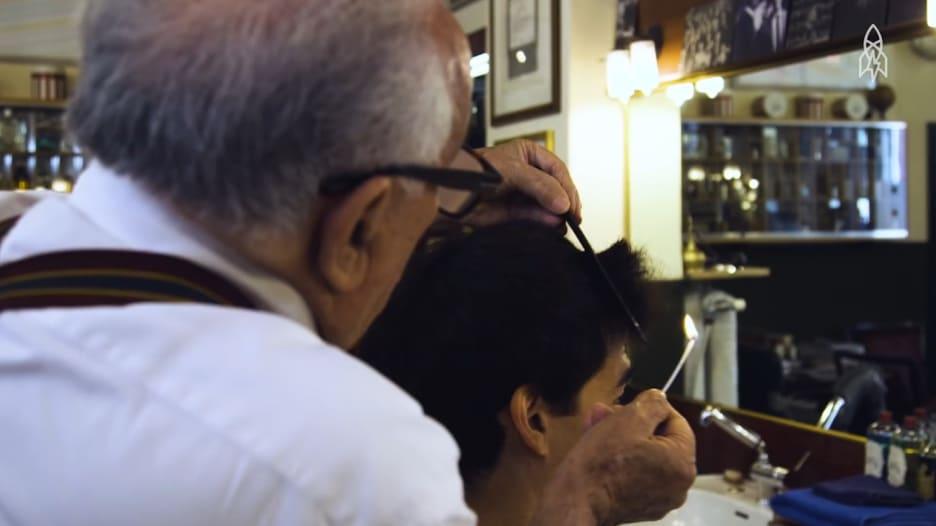"""تشذيب الشعر بواسطة النار.. """"تقليد"""" صالونات الحلاقة في ميلانو"""