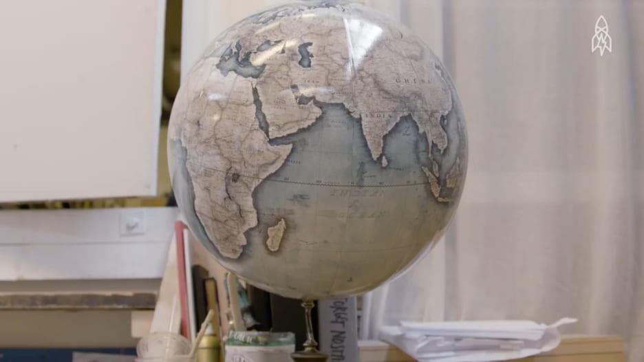 تعرف إلى صانعي كرات الأرض الخشبية الأخيرة في العالم