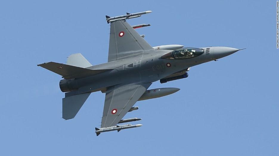 مقاتلة F-16 تنقذ طيارها بعد فقدان وعيه بالجو