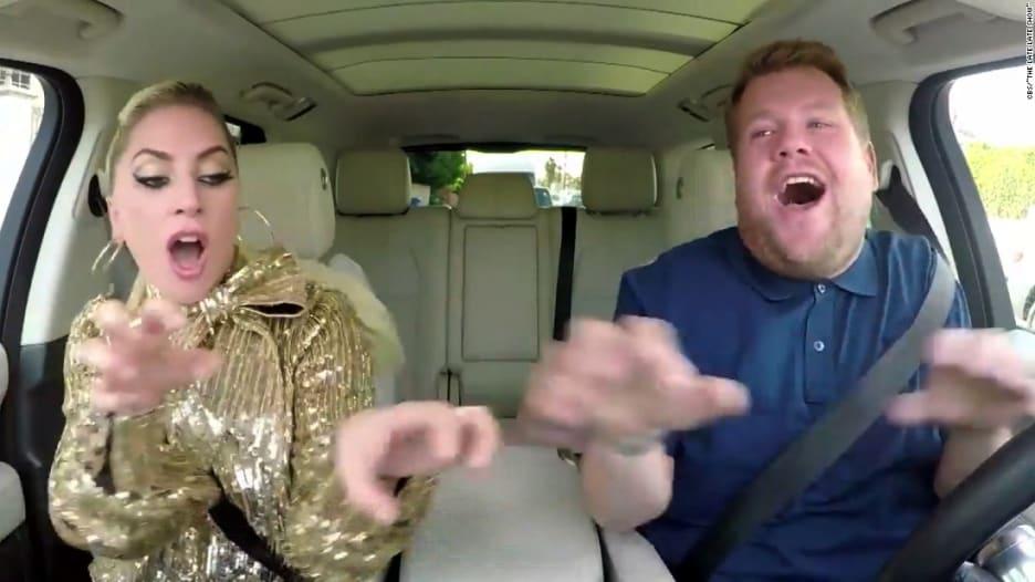 """ليدي غاغا تغني داخل سيارة في جولة ببرنامج """"كار بول كاريوكي"""""""
