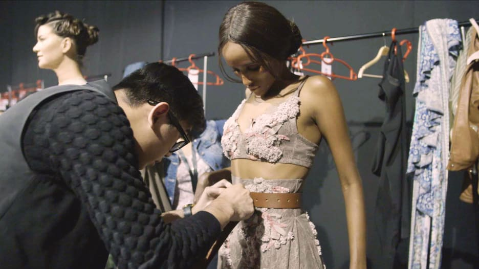 مكياج وتبديل ملابس وبروفة.. ماذا يحدث خلف كواليس عروض الأزياء؟