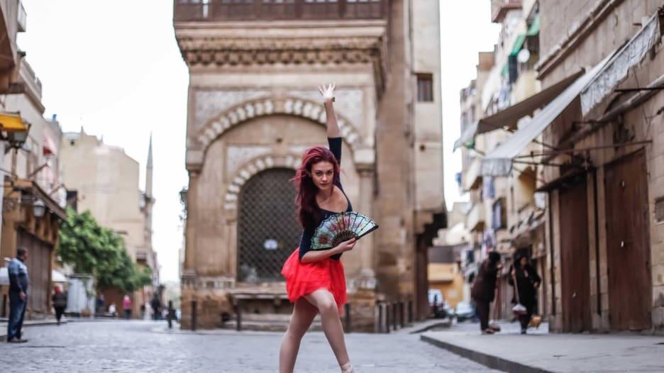 هذا ما يحصل عندما تمتلئ شوارع القاهرة براقصات الباليه