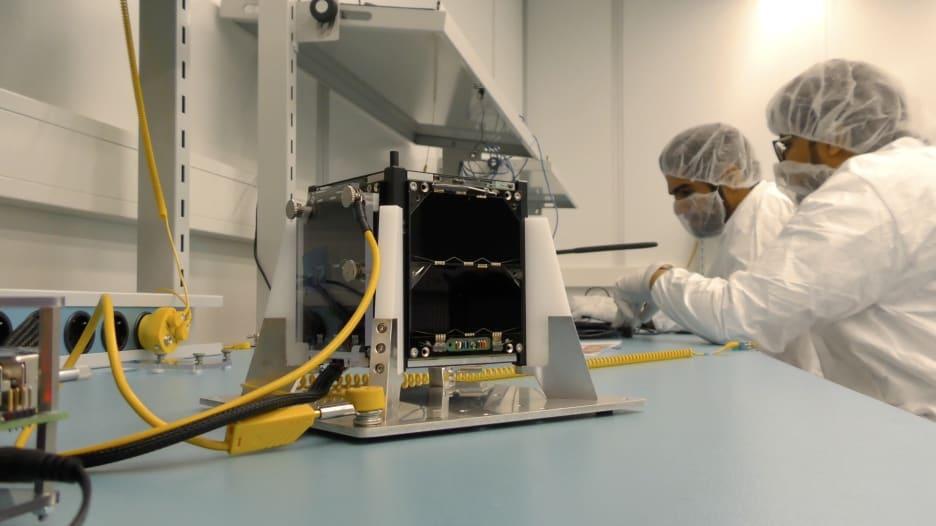 الإمارات تطلق أول قمر صناعي نانومتري باللغة العربية