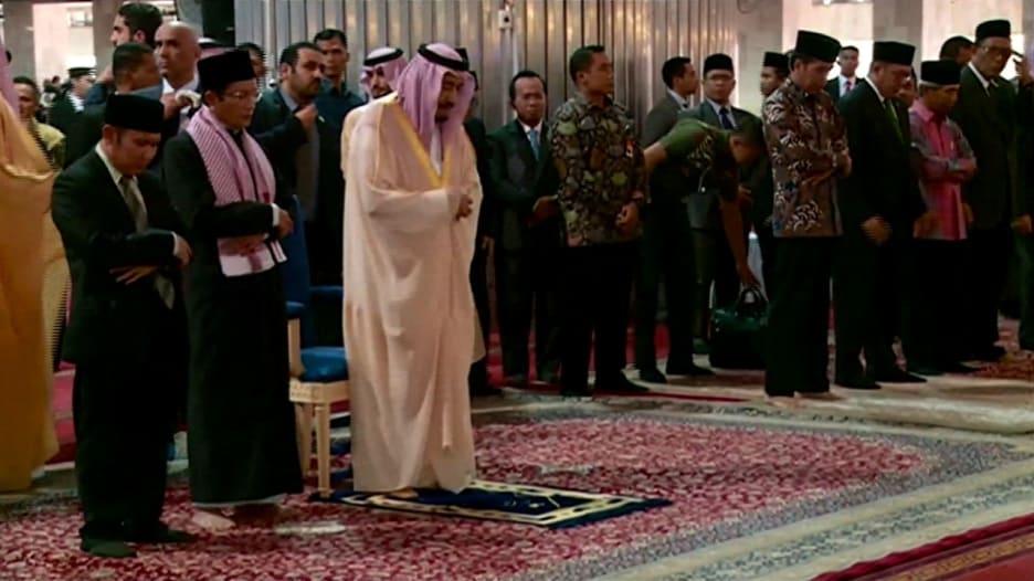 الملك سلمان يصلي في إندونيسيا ويشدد على أهمية الاتحاد ضد الإرهاب
