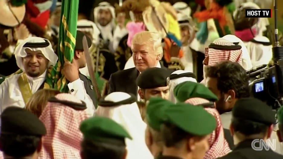 الملك سلمان وترامب يؤديان العرضة في الرياض