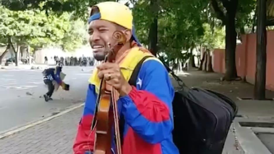 """عازف الكمان يبكي """"سلاحه"""" في احتجاجات فنزويلا"""