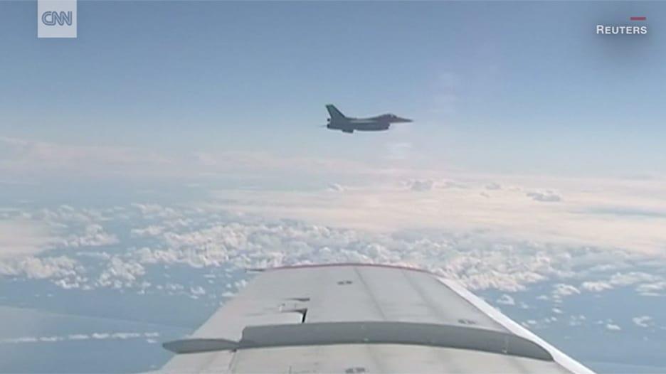 """بالفيديو: مقاتلة للناتو تعترض طائرة وزير الدفاع روسي.. و""""سوخوي 27"""" تتدخل!"""