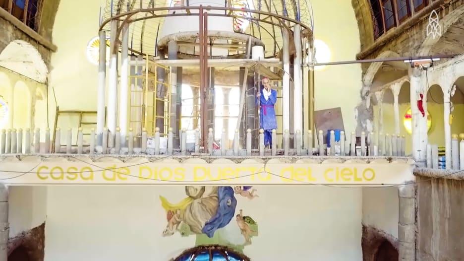 تعرّفوا على الرجل الذي بنى كاتدرائية لوحده طوال 53 عاماً!