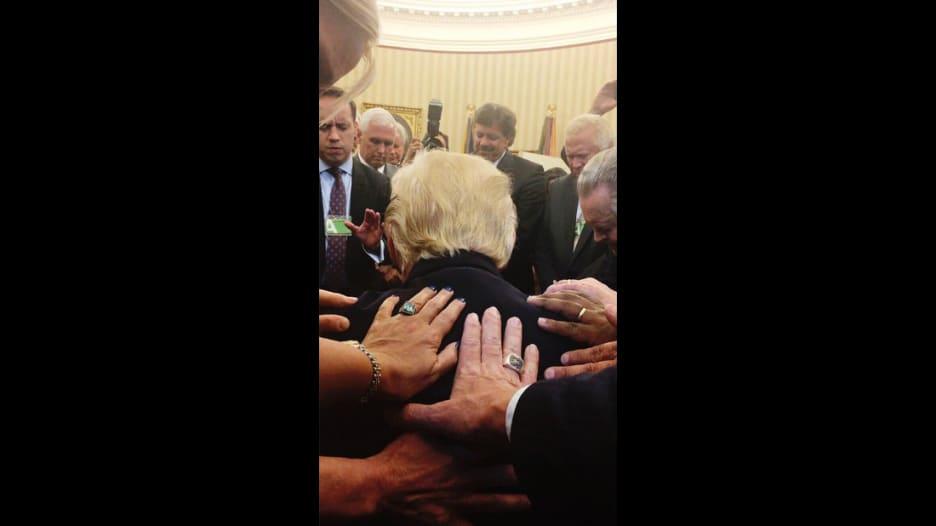 """ما قصة هذه الصورة لترامب وهو ينحني لـ""""الصلاة""""؟"""