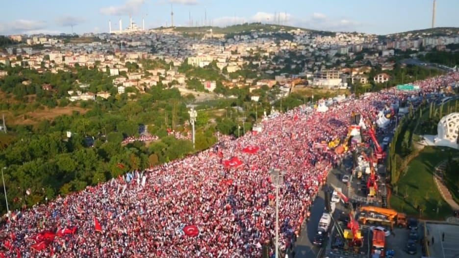 آلاف الأتراك يشاركون في إحياء الذكرى الأولى لمحاولة الانقلاب العسكري