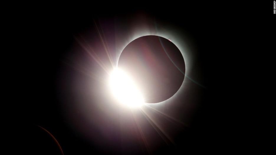 شاهد أجمل لقطات كسوف الشمس بأمريكا