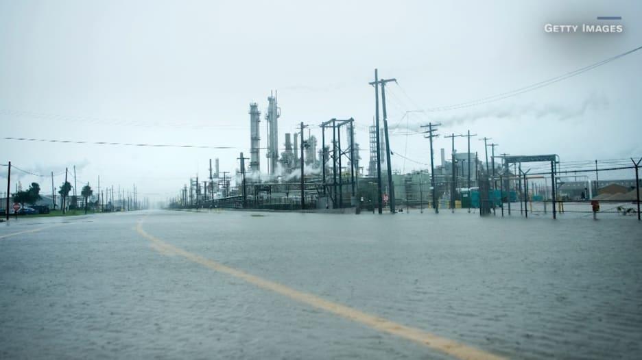 """إعصار هارفي """"يضرب"""" قطاع النفط الأمريكي"""