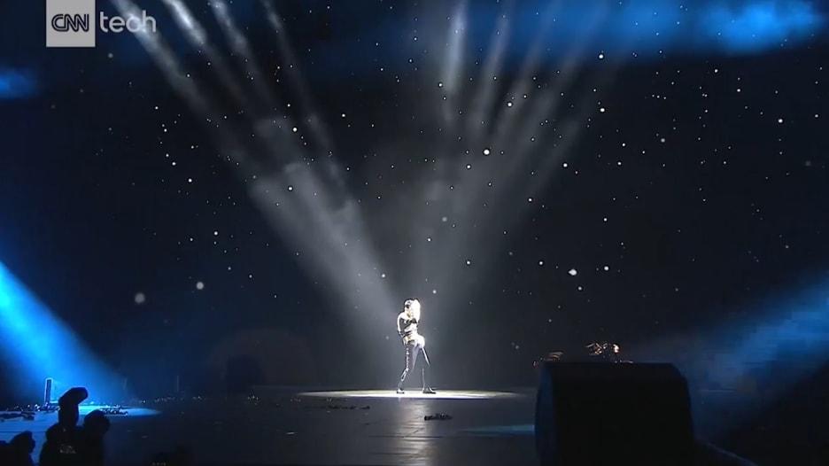 """مؤسس """"علي بابا"""" يقلد مايكل جاكسون.. شاهد كيف يحتفل مليارديرات الصين بنجاح شركاتهم!"""