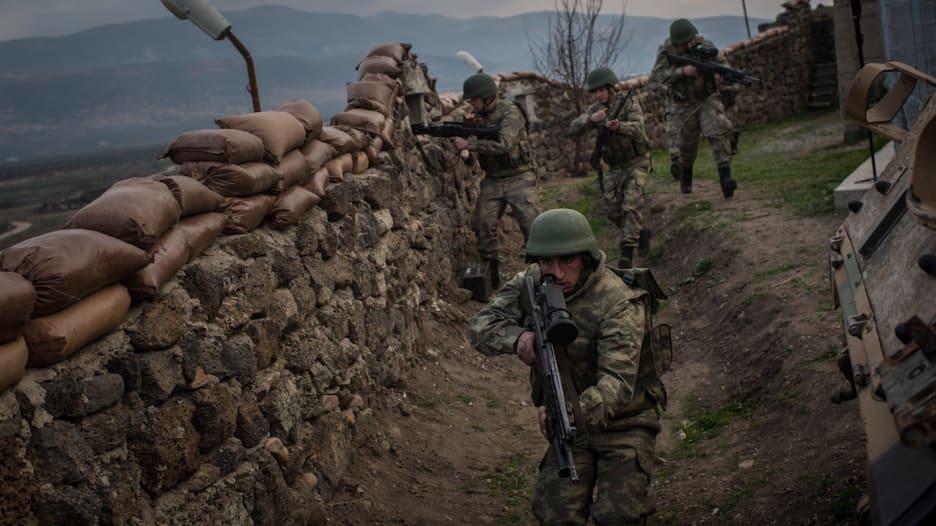 تركيا تحشد جيشها على حدود سوريا وتنفذ مناورات قرب العراق