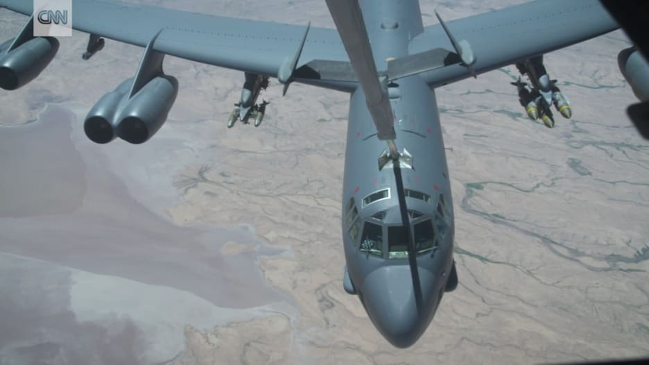 شاهد كيف تتزود طائرة B-52 بالوقود في السماء