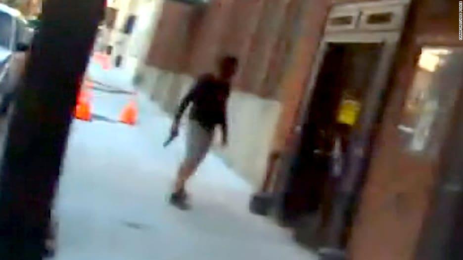 شاهد.. شرطي يطلق النار على ممثل بالخطأ أثناء تصوير مشهد سرقة