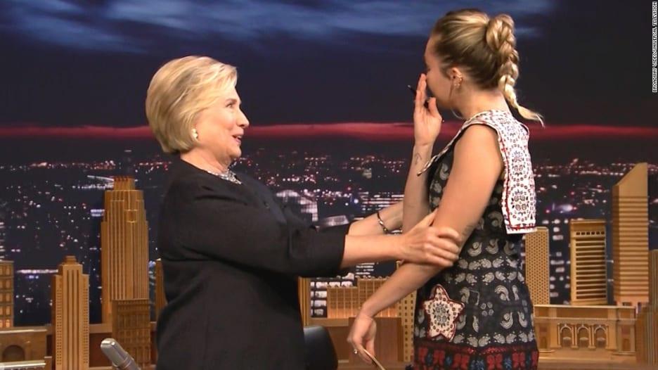 شاهد.. مايلي سايرس تفاجىء هيلاري كلينتون على الهواء!