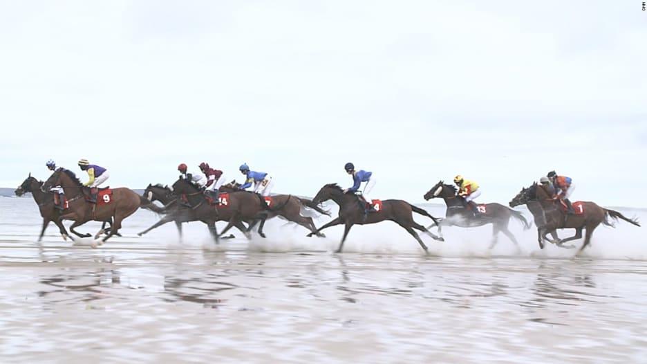 شاهد.. سباق المُهر على شاطىء في إيرلندا