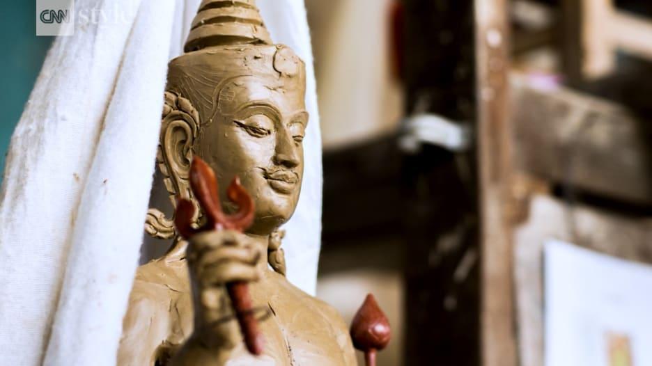 شاهد.. أكثر من 500 تمثال لتكريم ملك تايلند الراحل