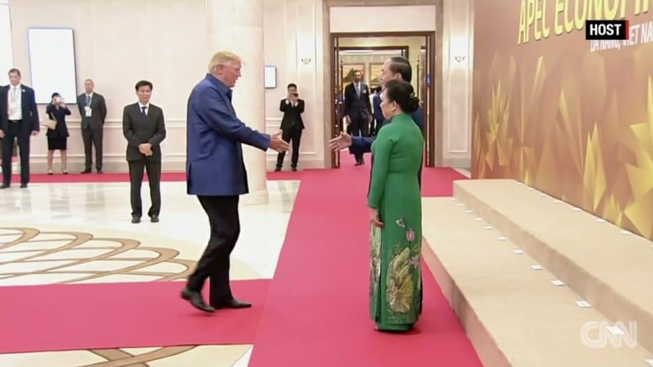 شاهد.. مصافحة بين ترامب وبوتين في فيتنام