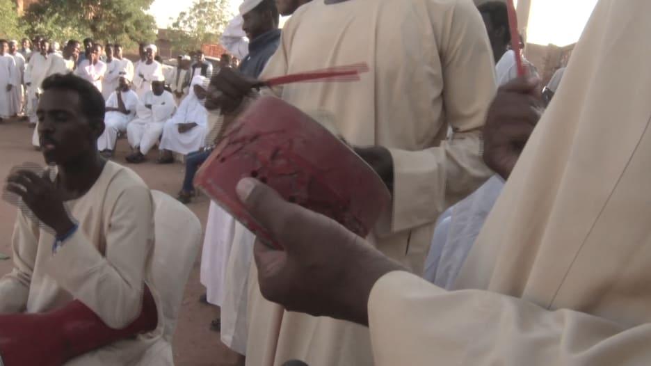 """تقليد """"البطان"""" السوداني.. العريس يجلد أقاربه بالكرباج ليلة الدخلة"""