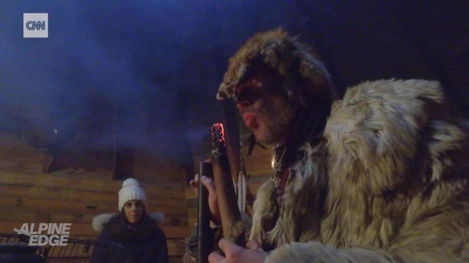 شاهد.. هل يساعد السحر في صيد السمك من تحت الجليد؟!