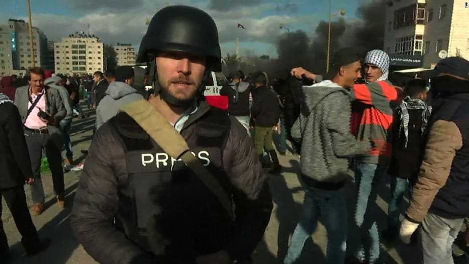 شاهد ما حدث مع طاقم CNN خلال تغطية احتجاجات برام الله