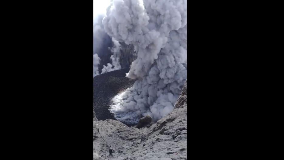 شاهد.. لحظة ثوران بركان بالي في إندونيسيا
