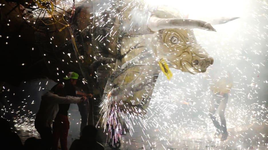 أشعل الثيران وارقص مع الألعاب النارية بهذا الاحتفال
