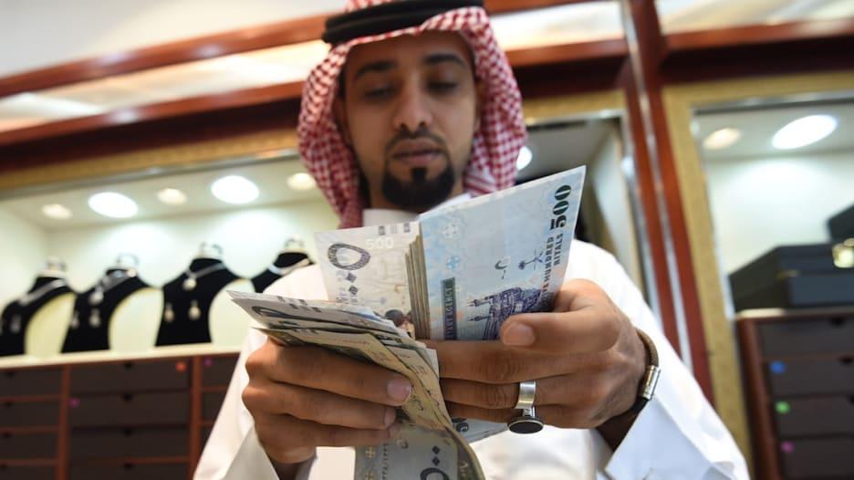 """السعودية والإمارات تطبقان ضريبة """"القيمة المضافة"""".. وارتفاع أسعار الوقود بالمملكة"""