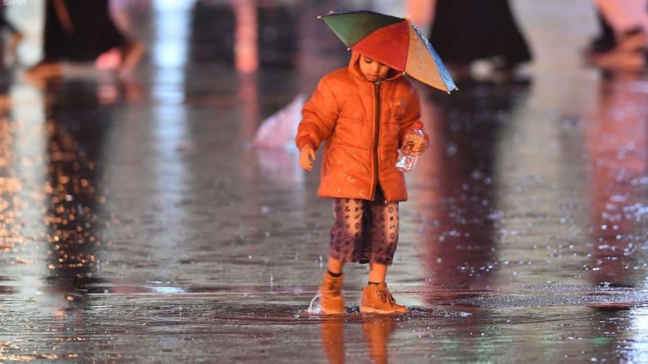 شاهد.. لقطات طريفة لسعوديين تحت أمطار المملكة