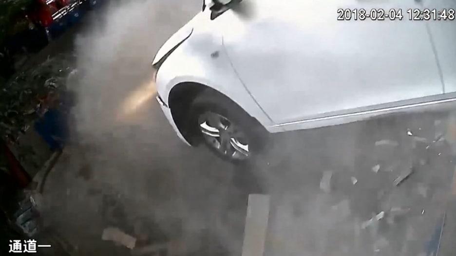 شاهد سقوط سيارة من مرآب متعدد الطوابق