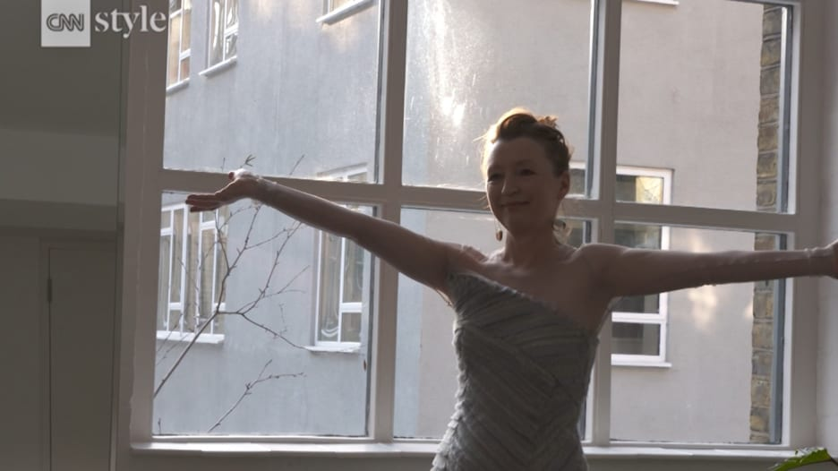"""خلف كواليس """"ارتداء"""" ممثلة لفستانها تحضيراً لحفل الأوسكار"""