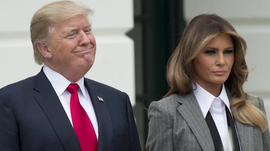 شاهد.. ترامب يمزح عن ترك ميلانيا له أمام حشود