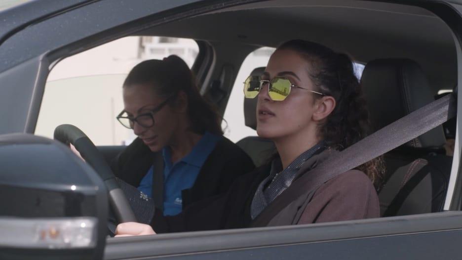شاهد.. سعوديات يتدربن على قيادة السيارة داخل حرم جامعة في جدة