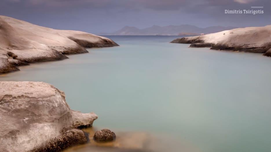 جولة في شاطئ ساراكينيكو وسط سحر الألوان باليونان