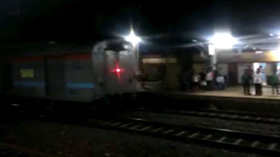 شاهد.. تفادي كارثة بعد فقدان السيطرة على قطار بالهند
