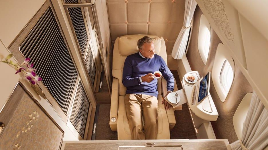 فقط على متن طيران الإمارات.. ركّاب مقاعد صف الوسط لديهم نوافذ أيضاً!