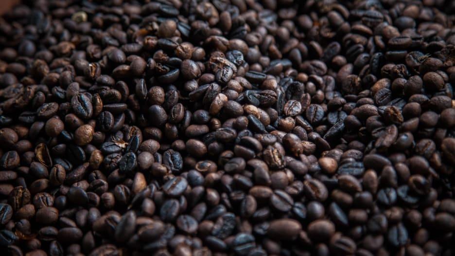 شاهد.. كيف تُصنع القهوة السودانية؟ وما هي الجَبَنة وكيف تكون طقوسها؟