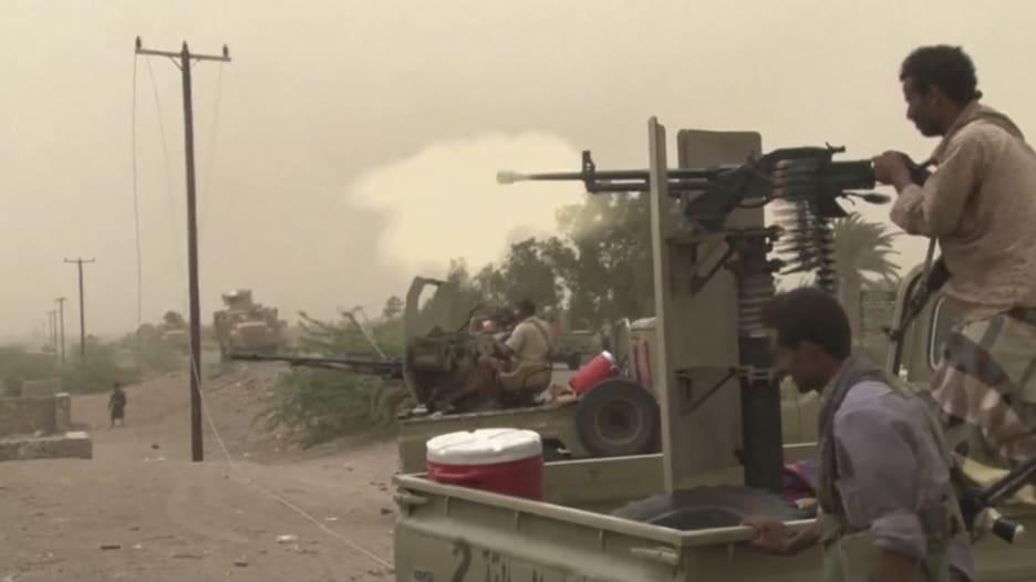 شاهد.. معارك بين قوات الحكومة اليمنية والحوثيين في الحديدة
