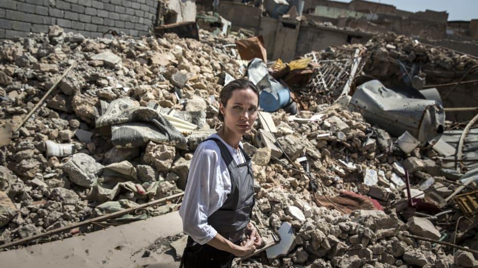 بعد أقل من عام على تحريرها.. أنجلينا جولي تزور الموصل
