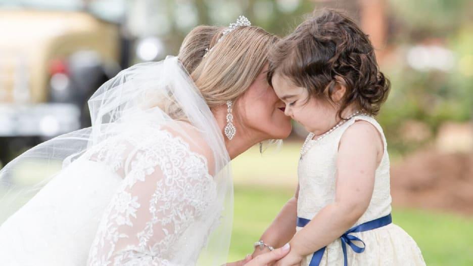 هذا مافعلته طفلة في زفاف فتاة أنقذت حياتها من السرطان