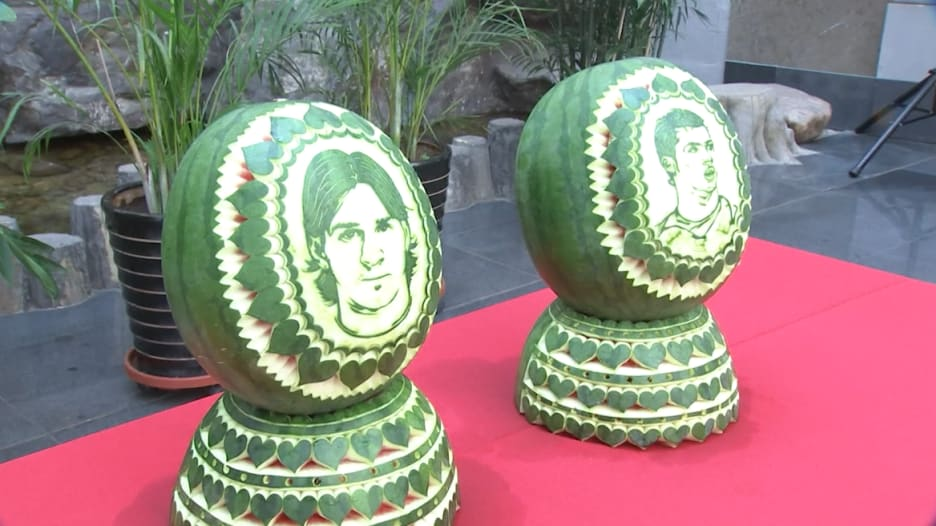 شاهد.. رونالدو وميسي خارج المونديال لكن على البطيخ!