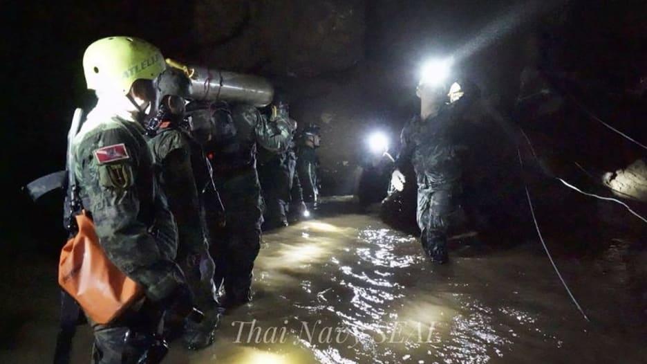 شاهد.. هكذا تم إنقاذ 4 فتيان علقوا بأحد كهوف تايلاند