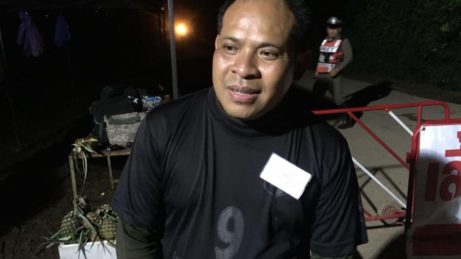 شاهد.. ردة فعل أب تايلندي بعد إنقاذ ابنه من الكهف